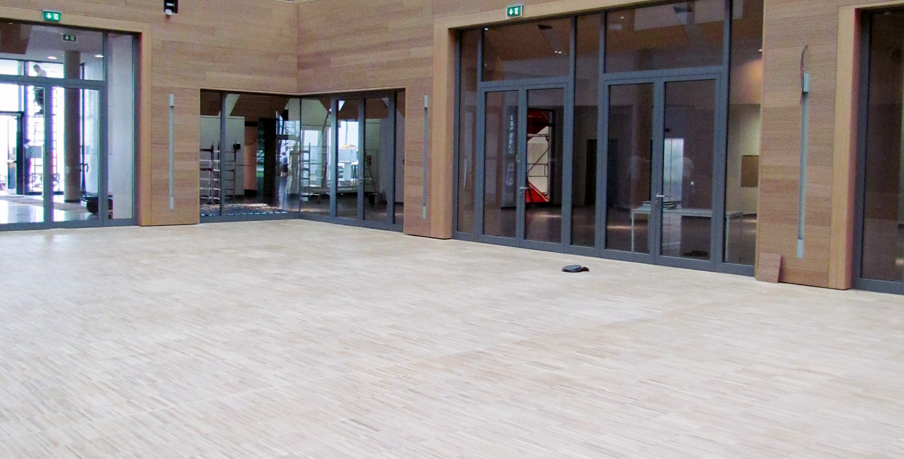 SMA Gebäude 61 - Atrium > massive Hochkantlamelle, Eiche weißgeölt